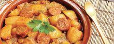 Déposer les saucisses dans la mijoteuse ; ajouter l'ail, les pommes de terre, les carottes et les tomates étuvées. Dans un bol, fouetter ensemble la pâte de tomate et le bouillon puis ajouter le mélange dans la Mijoteuse...