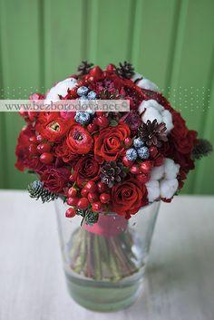 Зимний свадебный букет из красных ранункулюсов, роз, ягод  с хлопком и шишками