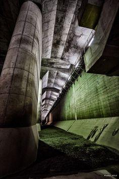 https://flic.kr/p/BYHR6y | Muddy - 泥だらけ | 少しでも脇に外れると泥だらけ…。ということは皆が足を汚さずに地下神殿を見学できるよう、綺麗に掃除しているのでしょうね。  首都圏外郭放水路 Metropolitan Area Outer Underground Discharge Channel  CANON EOS 7D + EF-S10-22mm F3.5-4.5 USM  #cooljapan #地下神殿 #手持ち夜景写真部