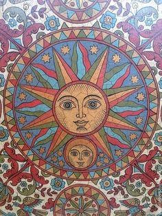 Купить или заказать Тарелка декоративная'Солнце и луна' в интернет-магазине на Ярмарке Мастеров. Тарелка декоративная выточенная из алтайского кедра.расписана вручную Северодвинской росписью.Тарелка состарена патиной с эффектом кракелюра(трещинки). Солнце было почитаемо как небесное светило, находящееся в середине света, всё освещающее.Царство его славяне представляли где-то за морем, в стране вечного лета и вечной жизни, откуда семена жизни залетают и к нам, а чертоги его находились ...
