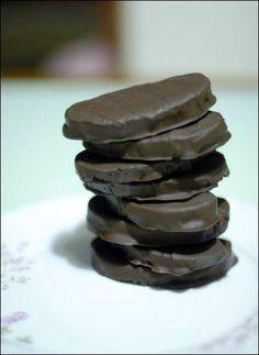 "Greek nugat-filled chocolate bites: ""Cariocas"" with vanilla Greek Sweets, Greek Desserts, Greek Recipes, Brownie Recipes, Dessert Recipes, Greek Cookbook, Middle Eastern Desserts, Just Eat It, Sweet Pie"