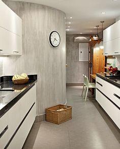 Adoro concreto!  A cozinha da apresentadora Patricya Travassos tem parede curva revestida de tecnocimento. Segundo a designer de interiores Paola Ribeiro, o cimento queimado remete à sensação de casa, mesmo tratando-se de apartamento
