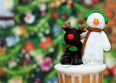 Snowman & Reindeer Cupcake by Paige Fong, via Flickr