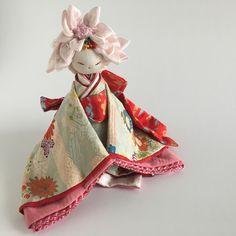 ちりめん細工 「花の姫」 Blue Jean Quilts, Diy And Crafts, Arts And Crafts, Japanese Folklore, Oriental, Japan Art, Felt Animals, Traditional Art, Art Dolls
