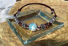 Pulsera piel de canguro color marrón, ajustable, pieza central cristal strass opal turquesa.