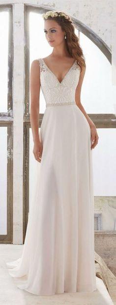 vestidos de novia modernos, vestido sencillo en corte imperio con parte superior ornamentada y escote en v, pelo suelto ondulado