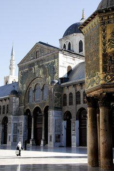 Mezquita de los Omeyas, una de las mezquitas más antiguas del mundo. En el interior, se supone una tumba para contener la cabeza de San Juan Bautista. Damasco, Siria