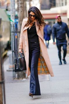Amal Clooney in Trenchcoat from Burberry. Amal Clooney, George Clooney, Power Dressing, Workwear Fashion, Work Fashion, Classy Fashion, Business Casual Outfits, Chic Outfits, Amal Alamuddin Style