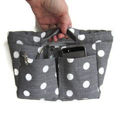 Un organisateur pour le sac en lin gris foncé à gros pois. Un seul tissu pour l'extérieur et un coton gris à pois multicolores pour l'int...