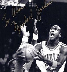 C136 Autographed MICHAEL JORDAN CHICAGO BULLS Basketball Original Vintage Photo