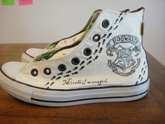 Cosplay Harry Potter Hand painted Harry Potter Converse, inspired by fashiongeek Harry Potter Converse, Harry Potter Mode, Harry Potter Shoes, Harry Potter Cosplay, Harry Potter Style, Harry Potter Gifts, Harry Potter Outfits, Painted Converse, Painted Shoes