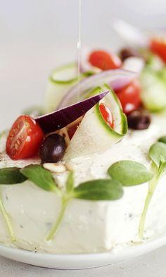 Helppo voileipäkakku tsatsikitäytteellä – katso ohje! | Meillä kotona Caprese Salad, Panna Cotta, Ethnic Recipes, Food, Insalata Caprese, Hoods, Meals