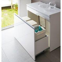 ペール引出内部の「抗菌・防臭素材」でゴミの臭いをシャットアウトするダストボックスカウンター。「ゴミ箱のにおいが気になる…」というお客様のお声を元に企画したダストボックスです。ペールは二重のパッキン付きで水洗いもOK。生ごみ等の臭いを閉じ込めます。ゴミ箱収納の内部は抗菌・防臭機能素材のエコファを使用し、イヤな臭い漏れを軽減。キッチンカウンタータイプなのでごみばこを目隠しでき、見た目にもクリーンですっきりとしたキッチンを叶えます。キッチンをいつも清潔に保ちたい方にオススメのごみ箱収納です。