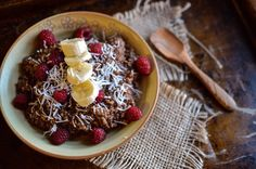 From chocolate raspberry oatmeal to secret-ingredient brownies, these recipes prove that you can, in fact, eat dessert first. Chocolate Oatmeal, Healthy Chocolate, Chocolate Recipes, Protein Packed Breakfast, Healthy Breakfast Recipes, Healthy Recipes, Healthy Sweets, Healthy Kids, Healthy Meals
