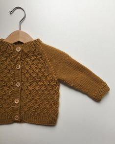 Diy Crafts - Carl's Cardigan is worked bottom-up with raglan decreases on the yoke. The body is worked in smocking st while the sleeves are worked in Cardigan Bebe, Knitted Baby Cardigan, Cardigan Pattern, Smocking Patterns, Baby Knitting Patterns, Crochet Baby, Knit Crochet, Pull Bebe, Stockinette