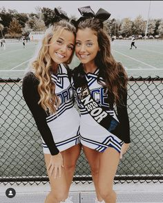 Cheer Outfits, Cheerleading Outfits, Cheerleading Stunting, School Cheerleading, Cute Poses For Pictures, Cute Friend Pictures, Friend Photos, Cheer Team Pictures, Cheer Pics