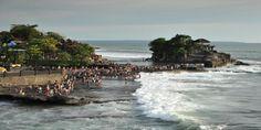 Wisatawan perempuan asal Cina Qi Ruiling (59), tewas terseret arus gelombang laut di Daya Tarik Wisata Tanah Lot, Kamis (31/12/2015).…