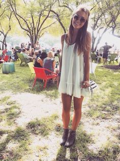 Look verão com vestido branco soltinho de alça e bota marrom, ótimo para festivais e shows..