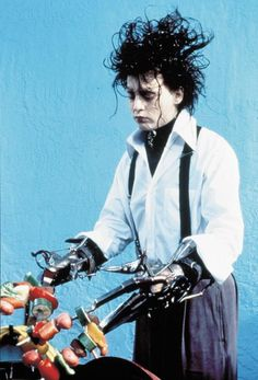 Johnny Depp as Edward in Tim Burton's Edward Scissorhands, 1990 Eduardo Scissorhands, Johnny Depp Edward Scissorhands, Edward Scissorhands Costume, Lou Le Film, Film Tim Burton, Burton Burton, Estilo Tim Burton, Scissors Hand, Horror