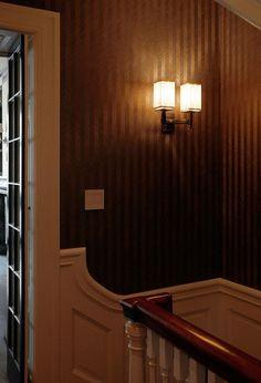 Genialna kolekcja naturalnych oklein ściennych (tapet) Deco Wood kolor Gatsby Gunmetal użyta na ścianach klatki schodowej.