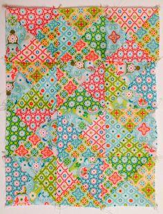 ... weil es so viel spaß macht mit den bunten, frühlingsfrischen stöffchen zu puzzlen und zu spielen habe ich euch noch ein patchwork-tutorial gebastelt... diesmal wirds diagonal... ... und trotzdem arbeitet man mit quadraten ;-) am besten schneidet man erst mal einen stapel gleichgroße quadrate, z.b. 10x10 cm... ...