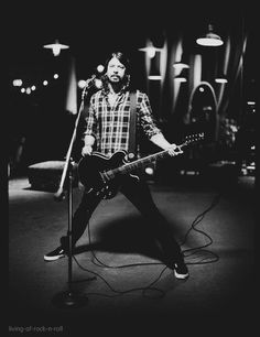 The infamous pose in the infamous flannel shirt. Dave Grohl - Foo Fighters