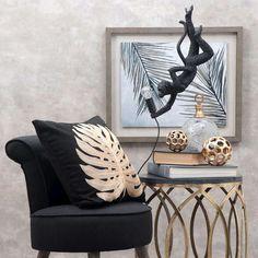 Το Φωτιστικό Οροφής Μαϊμού MAM101 αποτελεί ιδανική επιλογή για μοντέρνους χώρους, με άποψη και στυλ. Πρόκειται για ένα σουρεαλιστικό έργο τέχνης, το οποίο είναι κεραμικό και απεικονίζει μία αγέρωχη μαϊμού, που έχει «μαγευτεί» από το λαμπερό φως του λαμπτήρα. Τοποθετήστε το στο σπίτι ή στον επαγγελματικό σας χώρο και εντυπωσιάστε τους πάντες με το γούστο σας. Throw Pillows, Interior Design, Spring, Bed, Home, Nest Design, Toss Pillows, Cushions, Home Interior Design