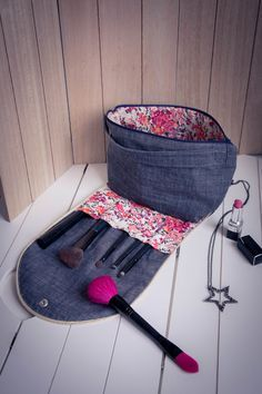 """Patron du range barrettes et élastiques (mini sac de beauté) Mimy Sew an accessory for your girls! Halfway between the kit, the pouch and the bag, the model """"MIMY"""" offers a storage space for hair accessories: elastic & # 8211 … Sewing Hacks, Sewing Tutorials, Sewing Tips, Six Bag, Handmade Fabric Bags, Diy Bags Purses, Love Sewing, Little Bag, Sewing Projects For Beginners"""