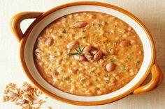 La zuppa fagioli e farro è un piatto unico perfetto per la stagione invernale, perfetta servita con l'aggiunta di crostini croccanti.
