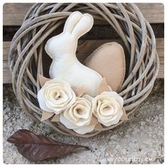 Easter Projects, Diy Projects To Try, Easter Crafts, Easter Flower Arrangements, Easter Flowers, Free To Use Images, Blue Bunny, Easter Wreaths, Felt Ornaments