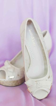 716f6a17b23a White shoes with bows - Classic wedding shoes