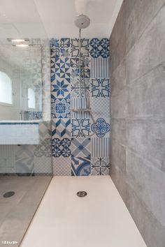 Parcourez les images de Salle de bain de style de style Moderne % de Salle de bains et carreaux ciment bleus. Inspirez-vous des plus belles photos pour créer votre maison de rêve.