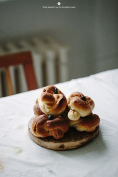 Cinnamon and raisins knots