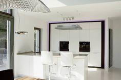 Küche mit Frühstücks-Theke : Moderne Küchen von in_design architektur