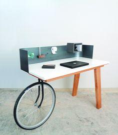 Urban Nomad by Isabel Quiroga. The desk or rather the mobile office created by the Netherlands based designer Isabel Quiroga. Nomadic Furniture, Wooden Furniture, Cool Furniture, Furniture Design, Furniture Dolly, Urban Furniture, Furniture Online, Furniture Stores, Bureau Design