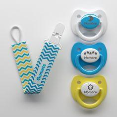 Kit de 3 chupetes personalizados y un sujeta chupetes de tela a juego.