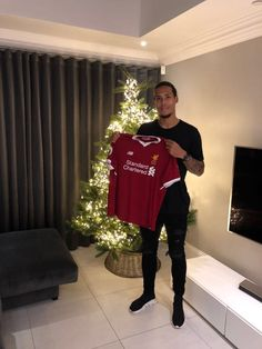 December 28 2017 - Liverpool FC agree fee with Southampton FC for the signing of Virgil Van Dijk, making him the most expensive defender in the world Fc Liverpool, Liverpool Football Club, Best Football Team, Football Match, Southampton Fc, Virgil Van Dijk, Trending Songs, Association Football, Champs