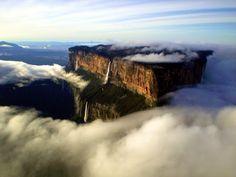 La grandiosidad del tepuy Roraima El monte Roraima, también conocido como tepuy Roraima o cerro Roraima tiene 2.810 metros. Es el punto más elevado de la sierra de Pacaraima (Venezuela).
