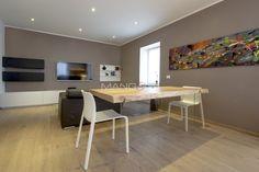 Tavolo creato con assi del pavimento sospeso su una lastra di vetro. #design #tavolo #moderno #wood #legno #rovere