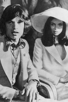 BIANCA JAGGER/ビアンカ・ジャガー:「ローリング・ストーンズ」のヴォーカル、ミック・ジャガーと1971年にサントロペで挙式。新郎新婦の衣装はどちらもイヴ・サンローランで決めて。©amanaimages