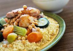 Ingrédients pour faire un couscous au poulet : semoule fine, cuisses de poulet, carottes, oignon, ail, courgettes, céleri, huile d'olive, piment, ras el hanout, pois chiches, cannelle en poudre.
