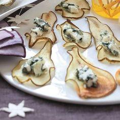 Chips de poire au roquefort 2 poires 12 dés de roquefort 1. Préchauffez le four à 90° (th 3). Lavez les poires, coupez-les en tranches de 5 mm d'épaisseur. 2. Déposez-les sur la plaque du four tapissée de papier sulfurisé. Enfournez pour 2 h 30, en les retournant à mi-cuisson. 3. Laissez refroidir puis posez 1 dé de roquefort sur chaque chips