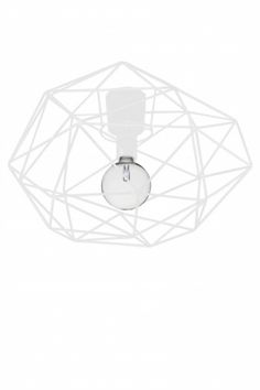 Diamond takplafond laget av metallstenger i matt hvot. Lampen lager flotte skygger fra den fasetterende skjermen. KrokopphengHøyde: 32 cmDiameter: 50 cmSokkel: E27MAX 60WAnbefalt lyskilde: Design: Patrick Hall