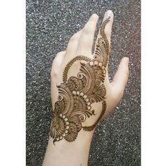 Photo by Noozhat on January Simple Arabic Mehndi Designs, Henna Hand Designs, Modern Mehndi Designs, Mehndi Design Pictures, Mehndi Designs For Beginners, Mehndi Designs For Girls, Beautiful Mehndi Design, Dulhan Mehndi Designs, Wedding Mehndi Designs