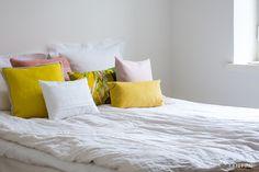 // Minimalist Scandinavian, Scandinavian Bedroom, Flos 265, Home Bedroom, Bedrooms, Small Tables, Bed Sheets, Planting Flowers, Decoration