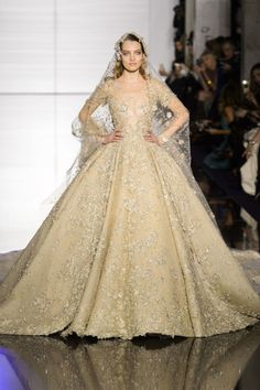 Zuhair Murad (Best Gowns Haute Couture Spring Perhaps the most heart-stopping moment of the entire week was Murad's shimmering gold wedding gown inspired by Arabian folktale One Thousand and One Nights. Gold Wedding Gowns, Luxury Wedding Dress, Bridal Gowns, Wedding Dresses, Zuhair Murad Bridal, Zuhair Murad Dresses, Bridal Dresses 2017 Pakistani, Gold Fashion, High Fashion