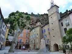 #Cotignac, prachtig gelegen in de #Provence