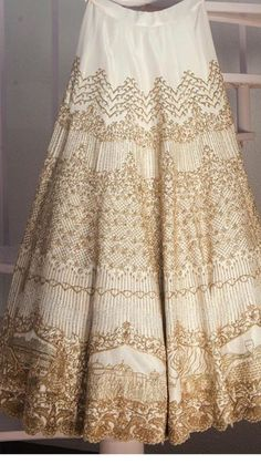 We are talking about the next big Indian wedding trend where the brides give a personal touch to their garment and are getting their love story uniquely Big Indian Wedding, Traditional Indian Wedding, Indian Weddings, Indian Attire, Indian Ethnic Wear, Indian Style, Red Lehenga, Lehenga Choli, Lehnga Dress