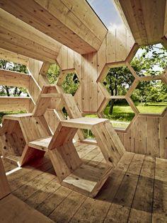 pavillon aus holz mit wabenform erhohlungsort
