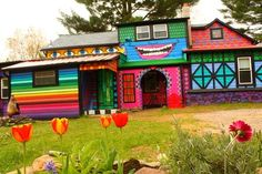katwise, kat o'sullivan, cartoon barn, cartoon home woodstock new york, crazy artist house woodstock Unusual Buildings, Colourful Buildings, Colorful Houses, 3d Home, Home Art, Spite House, Woodstock New York, Bright Front Doors, Graffiti